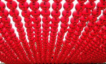 hilera: Kaohsiung, Taiwán - 12 de agosto, 2015: Multitudes de linternas rojas decorar el patio del templo Tian Hou en Chijin isla.