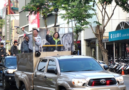 taiwan: KAOHSIUNG, TAIWAN -- JANUARY 9, 2016: Presidential election frontrunner Tsai Ying-Wen of the DPP waves to supporters one week before the elections will be held.