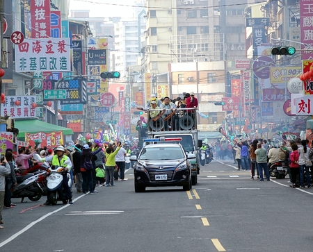 taiwan: KAOHSIUNG, TAIWAN -- JANUARY 9, 2016: Supporters of DPP presidential candidate Tsai Ying-Wen welcome her motorcade with flags and firecrackers during a campaign event.