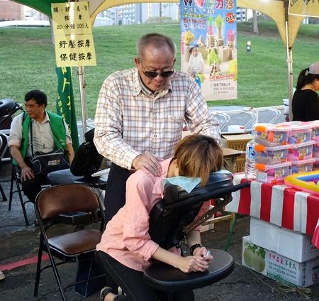 silla: Kaohsiung, Taiwán - 13 de febrero, 2016: las personas con dificultades de visión ofrecen servicios de masaje durante el Festival de la Linterna de 2016. Editorial