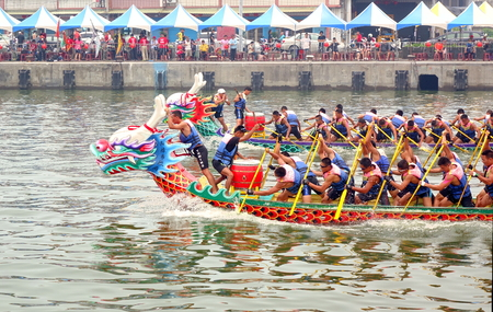 LINYUAN, TAIWAN -- MAY 28, 2017: Two unidentified teams compete in the Dragon Boat Races at Zhongyun Fishing Port in Taiwan. 新闻类图片