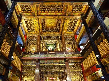 Pingtung, taiwan - 2017 년 7 월 6 일 : 부유하게 장식 된-사원의 내부, 대만에서 지구의 신에게 헌정 된 가장 큰 사원. 에디토리얼