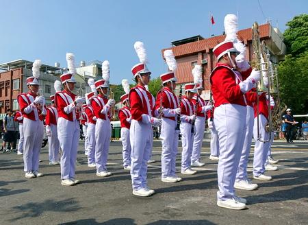 KAOHSIUNG, TAIWAN - OKTOBER 1, 2017: Een middelbare school-marcherende band wordt klaar om zich bij een straatparade aan te sluiten bij de opening van het Ecomobility Festival 2017.