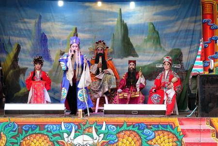 KAOHSIUNG, TAIWAN - 26 OTTOBRE 2018: L'opera popolare di Taiwan viene eseguita in uno spazio pubblico all'aperto come parte di una celebrazione del tempio.