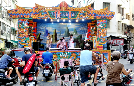 KAOHSIUNG, TAIWAN -- OCTOBER 26, 2018: Taiwan folk opera is performed in an outdoor public space as part of a temple celebration. Éditoriale