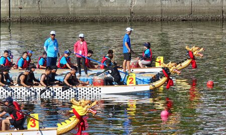 KAOHSIUNG, TAIWAN -- JUNE 7, 2019: Teams are positioning themselves at the starting line for the Love River dragon boat races. Imagens - 124998995