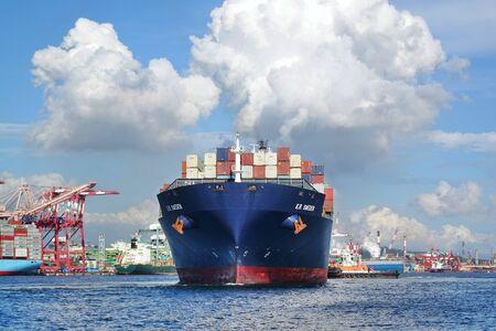 KAOHSIUNG, TAJWAN – 2 czerwca 2019: Duży kontenerowiec przygotowuje się do opuszczenia portu w Kaohsiung. Publikacyjne