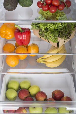 Offener Kühlschrank voller frischer Früchte und Gemüse, gesunder Lebensmittelhintergrund, biologischer Ernährung, Gesundheitsfürsorge, Diätkonzept Standard-Bild