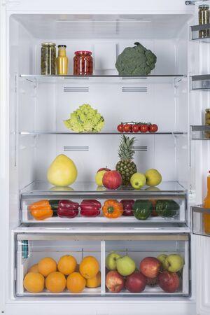 Open koelkast vol met vers fruit en groenten, gezonde voeding achtergrond, biologische voeding, gezondheidszorg, dieet concept Stockfoto