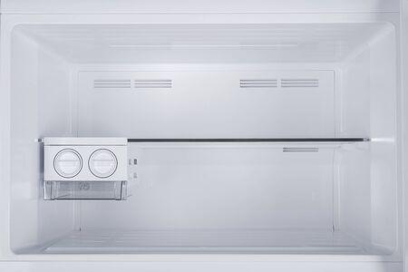 Neuer Kühlschrank, Isolated on White Background. Moderne Küchen- und Haushaltsgroßgeräte
