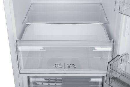 Nieuwe koelkast geïsoleerd op een witte achtergrond. Moderne keukens en huishoudelijke apparaten