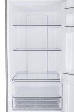 Nieuwe koelkast geïsoleerd op een witte achtergrond. Moderne keukens en huishoudelijke apparaten Stockfoto