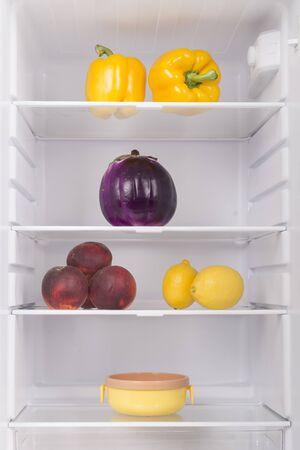 Réfrigérateur ouvert plein de fruits et légumes frais, arrière-plan d'aliments sains, nutrition biologique, soins de santé, concept de régime
