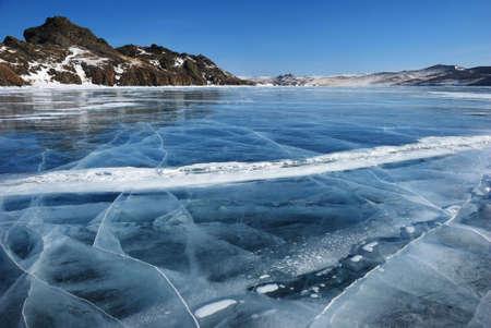 frozen lake: Oppervlak van transparante gebroken black ice van The Baikal Lake in de winter