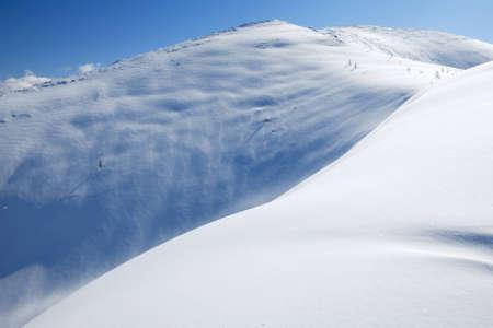 arri�re-pays: La pente de neige dans les montagnes en hiver. Freeride et l'arri�re-pays snowboard  ski lieu