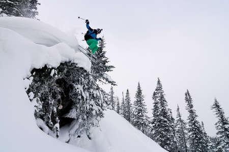 arri�re-pays: Backcountry skieur sautant haut de la snowcap Banque d'images