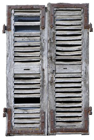 Gesloten venster met oude houten luiken op een witte achtergrond
