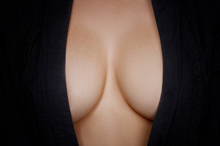 tetas: Cuerpo de mujer de belleza en topless cubriendo su pecho Foto de archivo