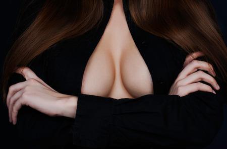 seins nus: Topless beauté du corps de la femme couvre sa poitrine Banque d'images