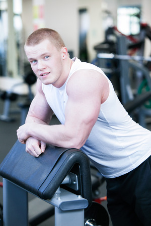 Photo athlete in the gym. He looks into the camera Foto de archivo