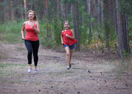 Photo Fitness outdoors mom and daughter.