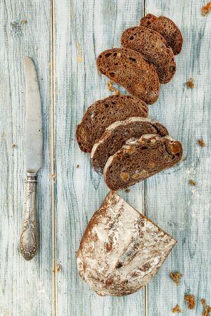 Pan de trigo recién horneado, tartas caseras, bodegón con pan, hogaza de pan crujiente, bodegón sobre un fondo rústico, vista superior, pan rústico, roll, hogaza. Foto de archivo
