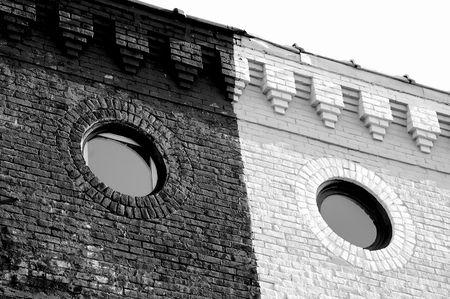 Circulaire vensters op oude binnenstad gebouw Stockfoto