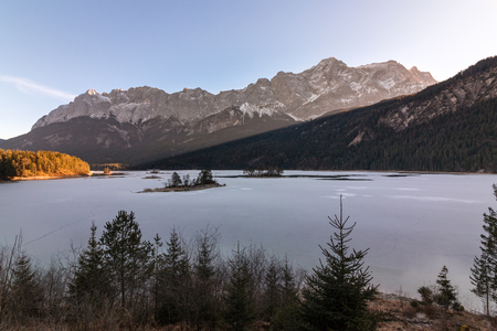 Hiking trail around the Eibsee with views of the Zugspitze in winter Banque d'images
