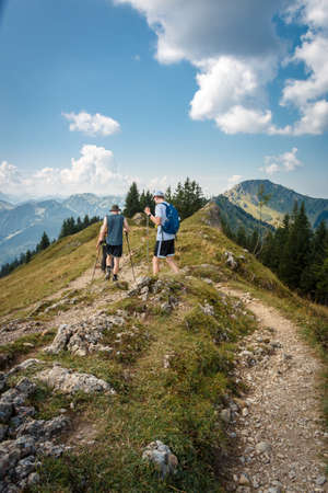 Hiking on the Nagelfluhkette in the Allgäu Alps with a view of the Stuiben 免版税图像