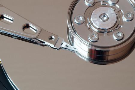disco duro: Macro foto de una cabeza de lectura de disco duro abierto