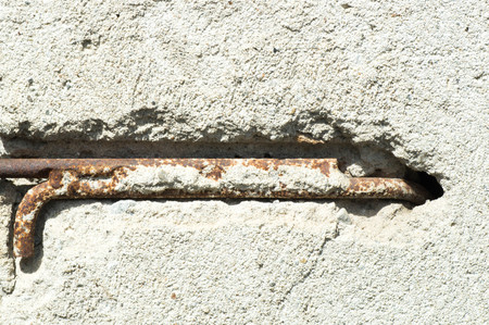 rejas de hierro: concepto de aplicación con barras de hierro y muro de hormigón