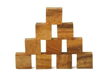 conundrum: figure quadrate in legno nella piramide isolato  Archivio Fotografico