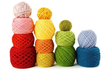 gomitoli di lana: molti Clews multicolore in file verticali, isolato Archivio Fotografico