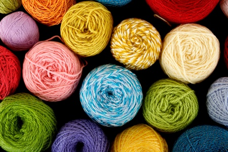 gomitoli di lana: molti clews multicolore, vista dall'alto, isolato su nero Archivio Fotografico