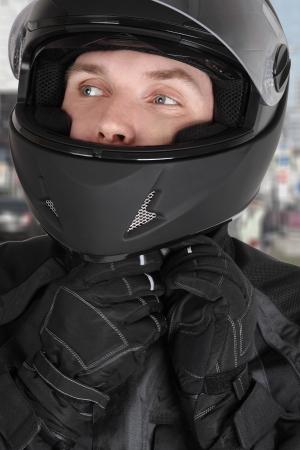motorcyclist: el hombre joven motociclista que usa el casco Foto de archivo
