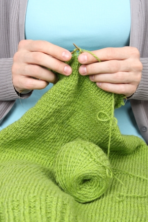 woman knitting green threads closeup Banque d'images