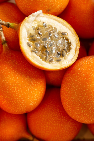 Bovenaanzicht van bos verse passievrucht in de markt voor biologisch voedsel. Een vrucht gesneden Stockfoto