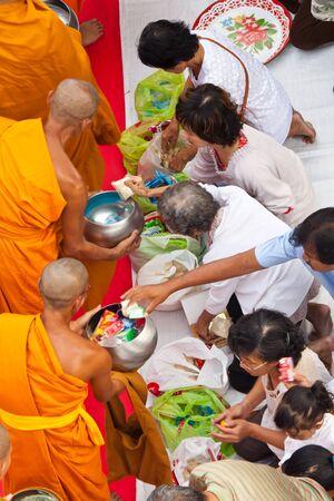 limosna: la gente da limosna a los monjes budistas