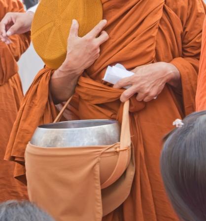 limosna: monje s limosnas taz?n de fuente Foto de archivo