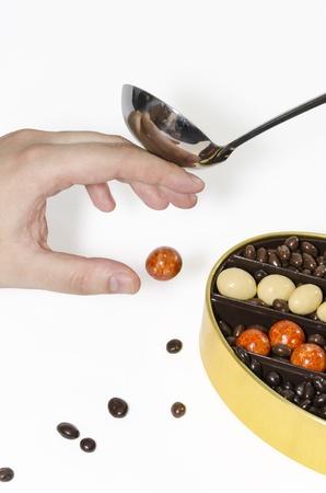 Hand probeert te snoepjes te bereiken, maar werd gestopt door pollepel. Stockfoto