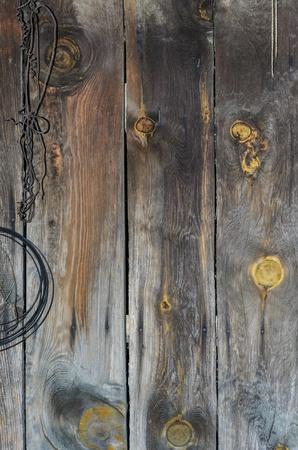 De oude houten muur waaraan hing de draad. Oude houtstructuur heeft nu een breed scala van kleuren.