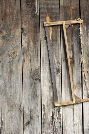 herramientas de carpinteria: El viejo vio colgado de una caseta antigua Foto de archivo