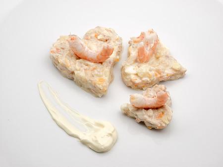ensalada rusa: Ensaladilla rusa con langostinos en un plato blanco