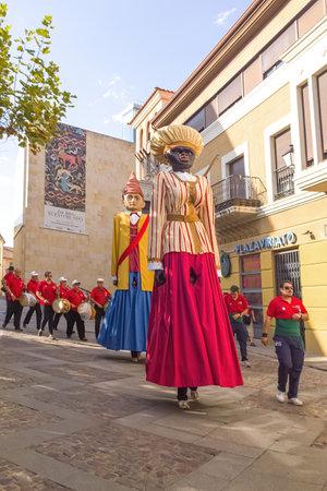 gaita: Zamora, España - 29 de agosto de 2015: Gigantes y cabezudos Gigantes durante la celebración del Verano Cultural 2015 Zamora, exhibición y desfile, festival de incluir figuras disfrazados conocidas como gigantes Gigantes y Cabezudos. Por lo general, los gigantes son figuras huecas SE Editorial