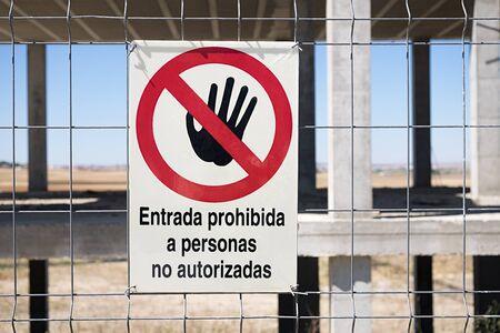no pase: entrada prohibida a personas no autorizadas signo