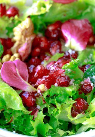 escarola: Cerca de ensalada de escarola con granada, nueces, p�talos de rosa, menta, aceite de oliva, vinagre bals�mico y sal rosa