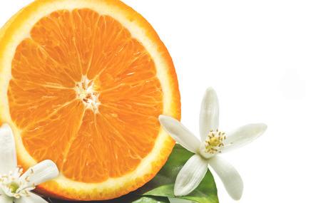 Primo piano di frutta arancione con foglie e fiore isolato