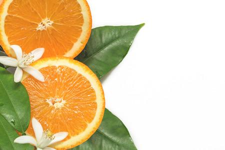 Fette d'arancia fresche con foglie e fiori isolati su sfondo bianco
