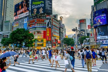 Tokyo, Japan- 28. Juli 2015: Shibuya ist ein spezieller Bezirk in Tokyo, Japan. Shibuya Crossing ist ein sehr großer Fußgängerüberweg außerhalb der Shibuya Station. Shibuya Crossing ist einer der verkehrsreichsten der Welt. Standard-Bild - 57618522