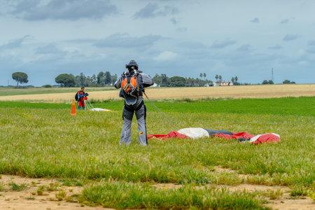 caida libre: Sevilla, España - 7 may, 2016: Paracaidista afloje su paracaídas después de aterrizar. Skydive España es el centro de paracaidismo situado en La Juliana aeródromo, a unos 20 km al suroeste de Sevilla, España. En Skydive España vuelan hasta 15.000 pies, la altitud más alta en